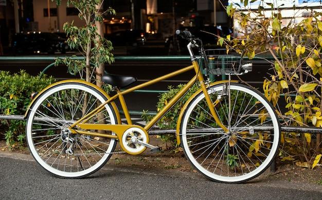 Желтый велосипед с белыми колесами