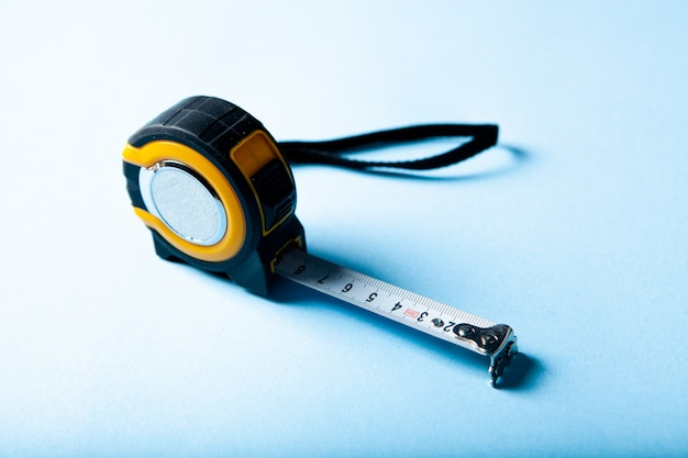 Желто-черный измерительный прибор на синей поверхности
