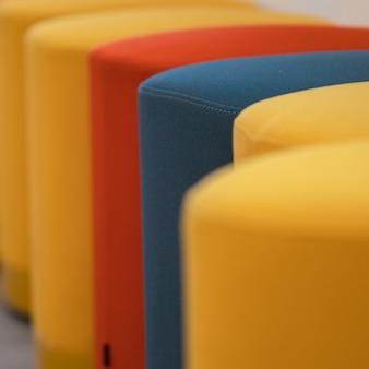 노란색 파란색과 빨간색 의자
