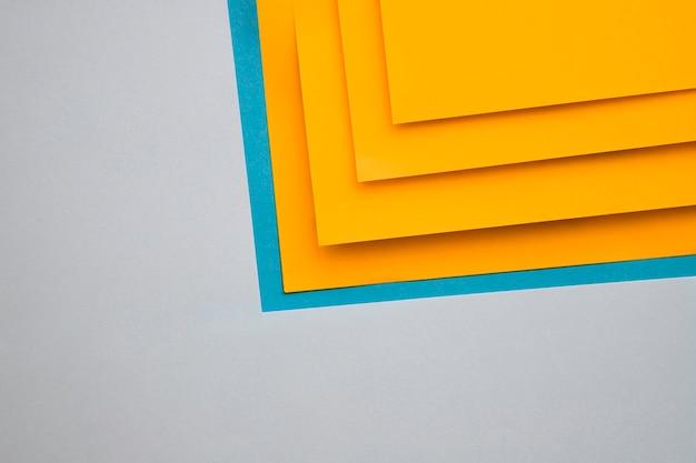Mestieri gialli e blu su sfondo grigio