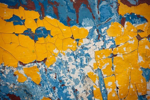 노란색, 파란색, 흰색, 갈색 추상 빈티지 배경. 나무 표면에 오래된 필링 페인트, 풍화된 질감.