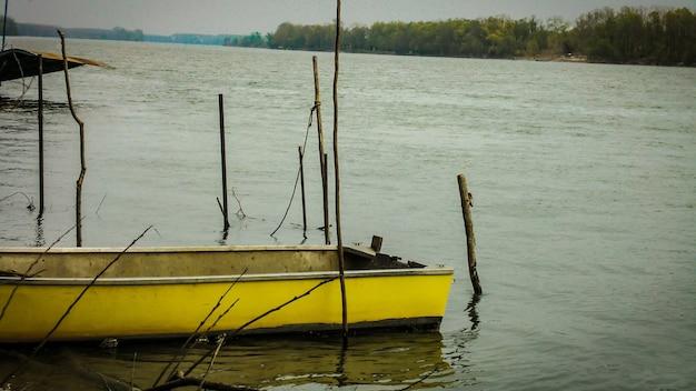 이탈리아의 강에 정박해 있는 노란 보트
