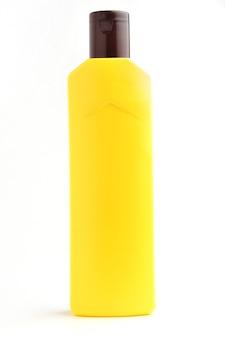 Желтая бутылка на изолированном белом фоне