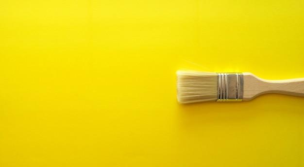 芸術的な木製のブラシと黄色の明るいバナー