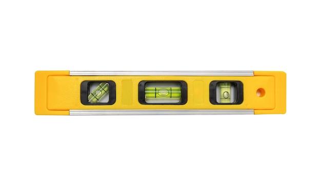 Желтый строительный уровень на белом изолированном фоне используется в строительстве