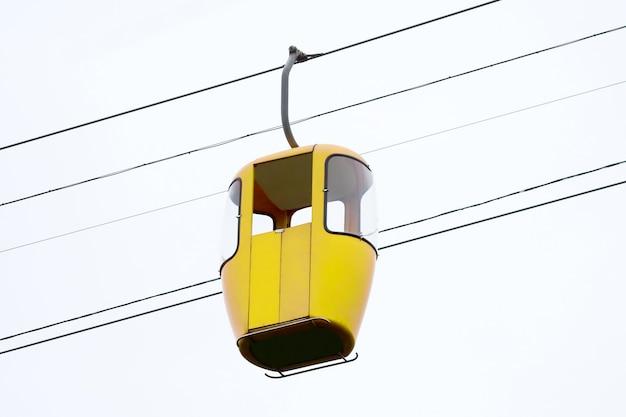 高さのケーブルカーの黄色いキャブ。山の人々の配達のための高高度輸送