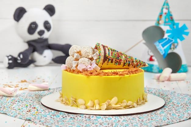 Желтый торт с миндальной стружкой, зефиром и кокосовыми шариками