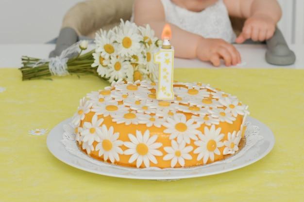 誕生日のためのデイジーの花カモミールと黄色のケーキ