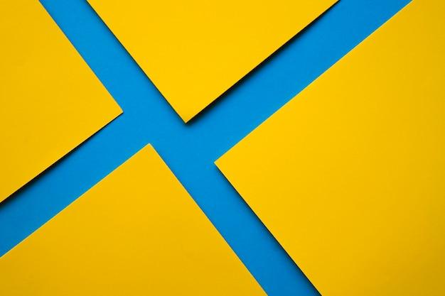 Carte di cartone giallo su superficie blu