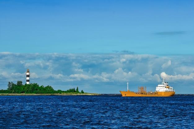 Желтый грузовой танкер движется в ясный летний день