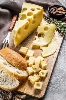 Желтый сыр с дырочками, молочные продукты