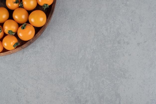 콘크리트 테이블에 고립 된 노란색 체리 토마토입니다.