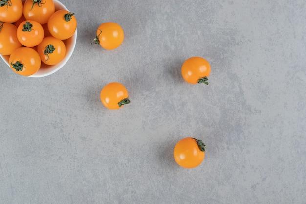 콘크리트 표면에 고립 된 노란색 체리 토마토