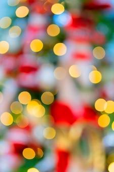黄色のクリスマスツリーライト。デフォーカス。バックグラウンド