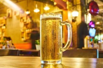 黄色のクローズアップは、屋外でアルコールを飲みます