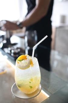 Желтый бокал для коктейля со льдом
