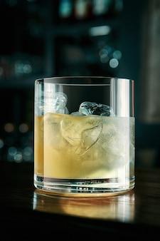 Желтый коктейль со льдом