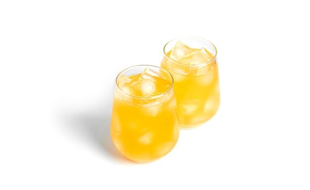 Желтые коктейли изолированы.