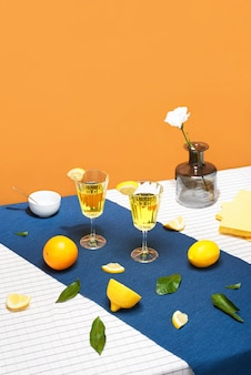 Желтые коктейли с фруктами на апельсине.