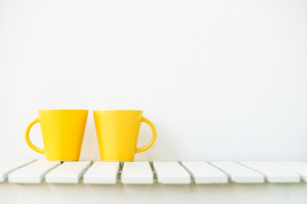 테이블에 노란색 커피 컵