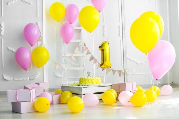 1 년 케이크와 촛불 축제 장식의 노란색 개념