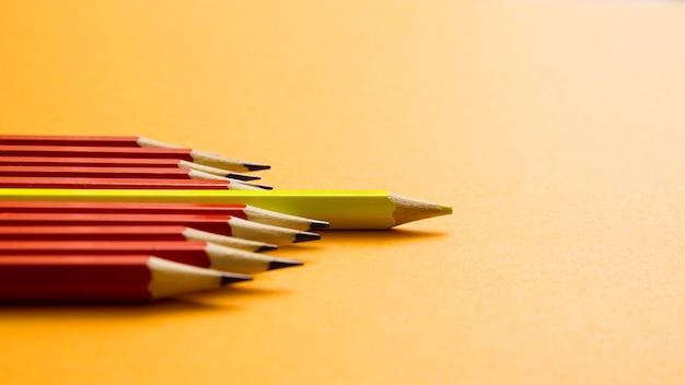 노란색 배경에 빨간 연필 사이 거짓말 노란 색연필