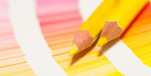 노란 색연필과 모든 색상의 컬러 차트
