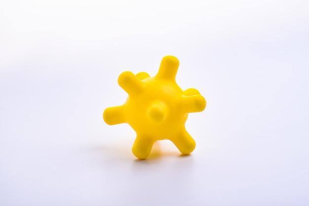 노란색 다채로운 밝은 절연 뾰족한 공 장난감, 매크로