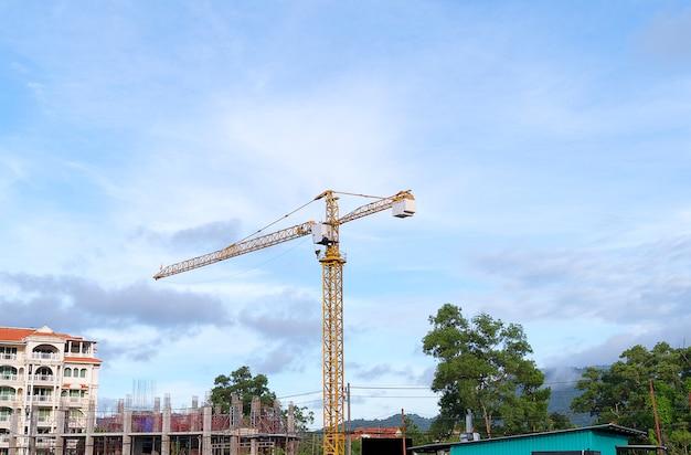 Желтый строительный башенный кран