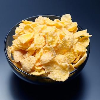 그릇에 노란색 콘플레이크입니다. 밀가루 음식