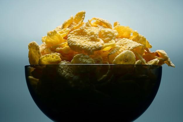 그릇에 노란색 콘플레이크입니다. 생 밀가루 음식