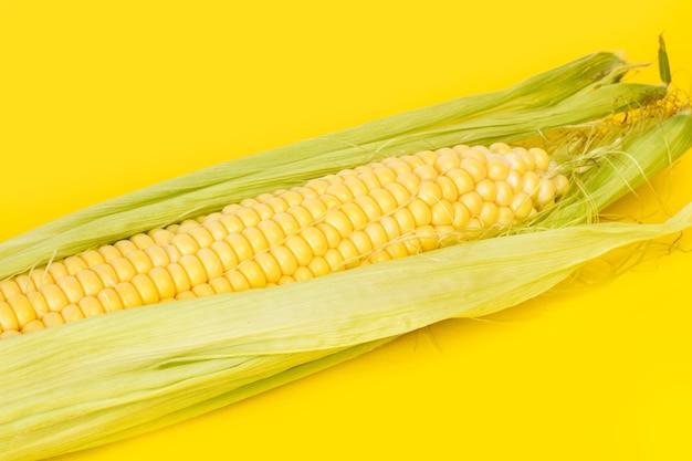 Кукуруза желтая кукуруза на желтом