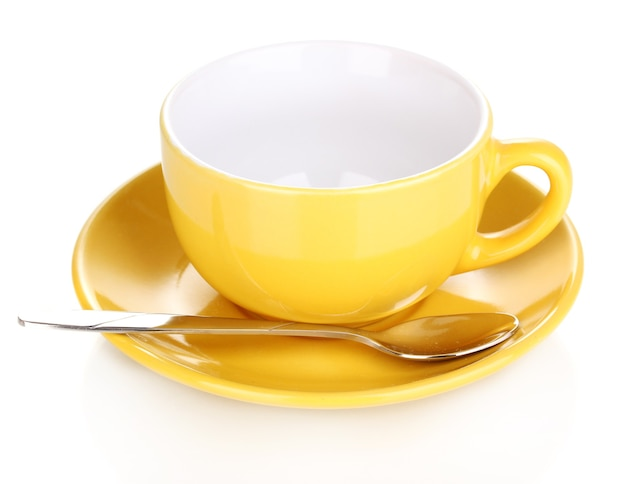 Желтая чашка и блюдце, изолированные на белом фоне