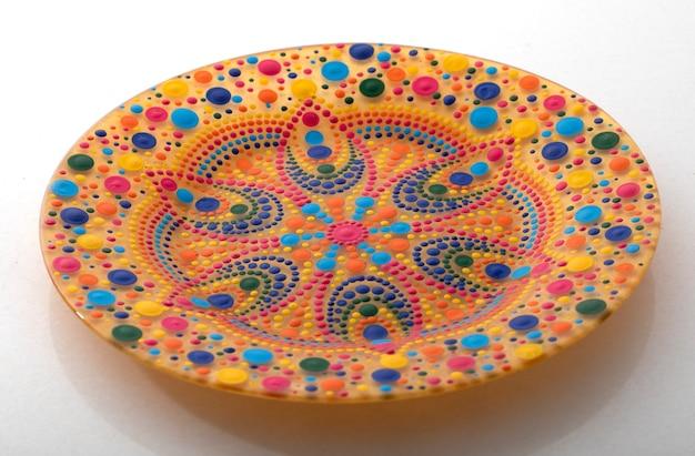 만다라 패턴 흰색 배경에 노란색 장식 접시