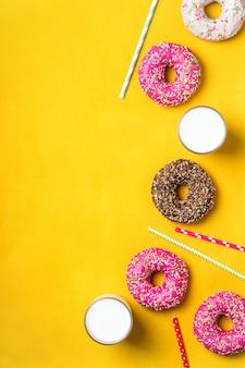 Желтый десертный фон с различными пончиками