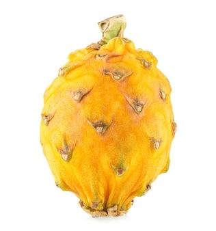 白い背景で隔離される黄色いドラゴンフルーツ(ピタヤ、ピタハヤ)