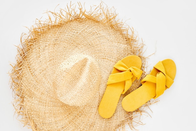 Желтое платье в полоску с соломенной шляпой, солнцезащитными очками и белой сумочкой.