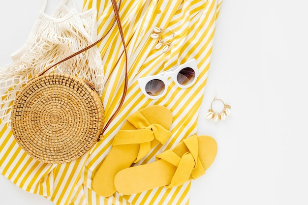 Желтое платье в полоску. женский стильный летний наряд. Premium Фотографии