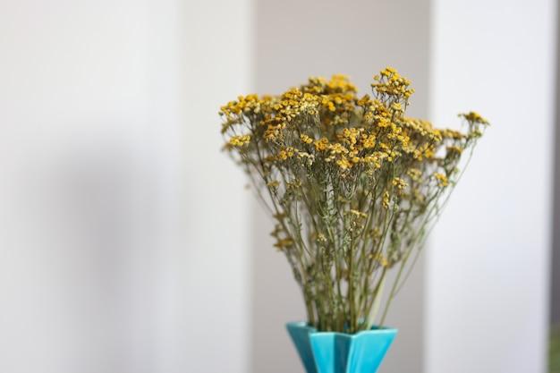꽃병 클로즈업에 노란색 말린 스태스테스 꽃