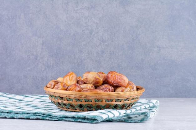 나무 접시에 노란색 건조 날짜입니다. 고품질 사진