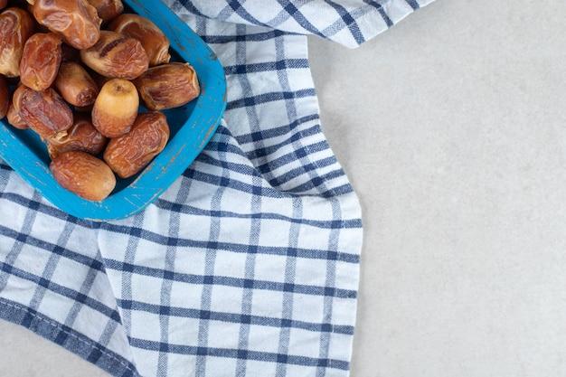 木製の大皿に黄色い乾燥ナツメヤシ。