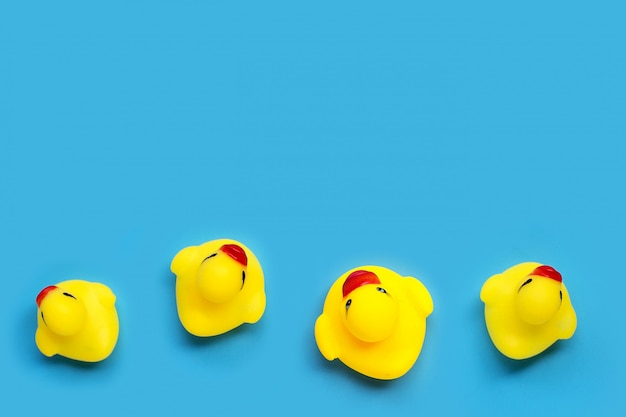 Игрушки желтой утки на голубой предпосылке. концепция детской ванны.