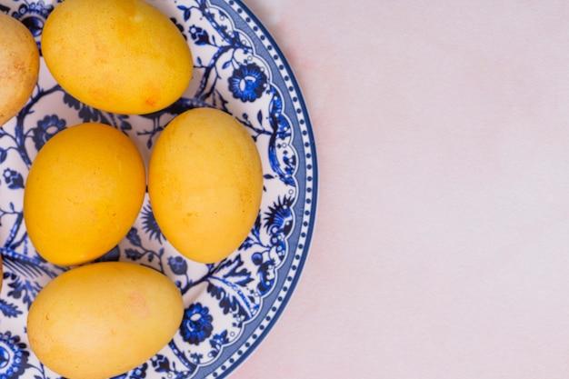 접시에 노란색 부활절 달걀