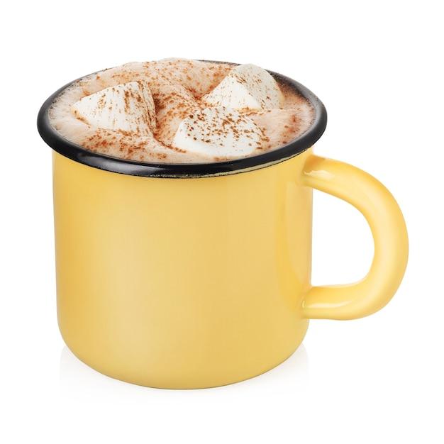 ホットココアまたはチョコレートと白い背景で隔離のマシュマロと黄色のエナメルカップ