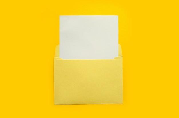 노란색 배경에 흰색 모형 시트가 있는 노란색 봉투. 뉴스레터 및 기타 메일 디자인용 템플릿입니다.
