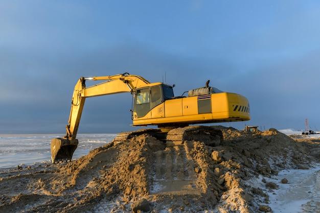 建設現場で作業している黄色の掘削機。道路建設。