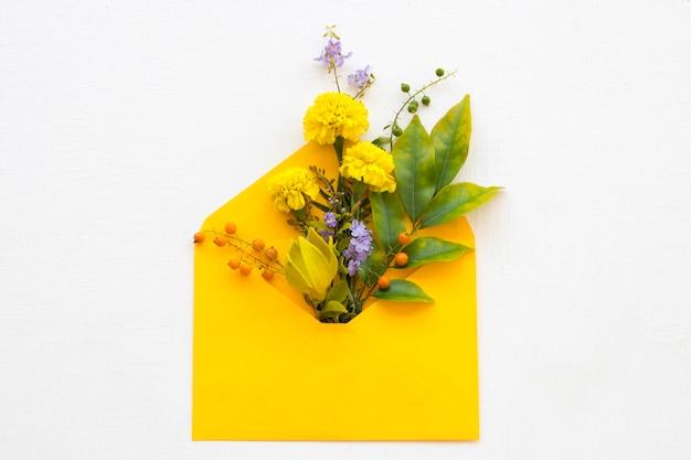 封筒に黄色い花のマリーゴールドの配置