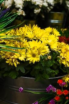 거리에 노란 꽃입니다.현대적인 장식 아이디어입니다.큰 꽃다발입니다.