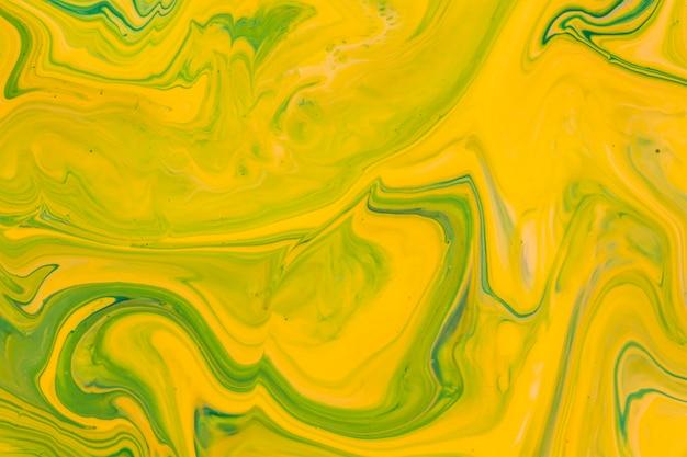 黄色の液体アクリル注ぐ絵画