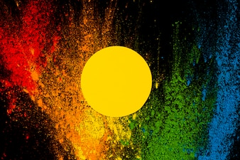 飛び散ったカラフルなホーリー色の上の黄色いフレーム